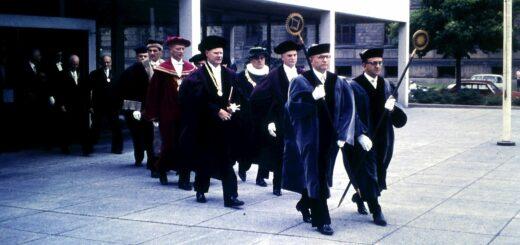 Das Bild zeigt den Einsatz der Pedellstäbe bei der feierlichen Prozession des Senats anlässlich der Rektoratsübergabe.
